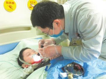 受伤男童在医院接受治疗。