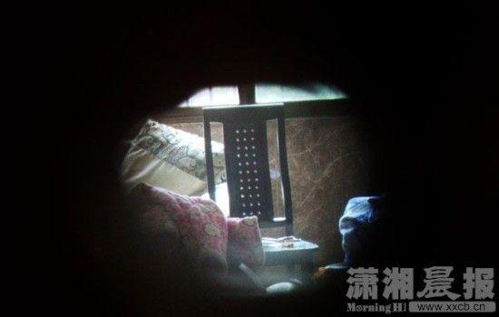 从猫眼看到的颜某家屋内,男婴被发现并怀疑死亡时,在房里无依无靠地待了29个小时。图/实习生 张翰峰