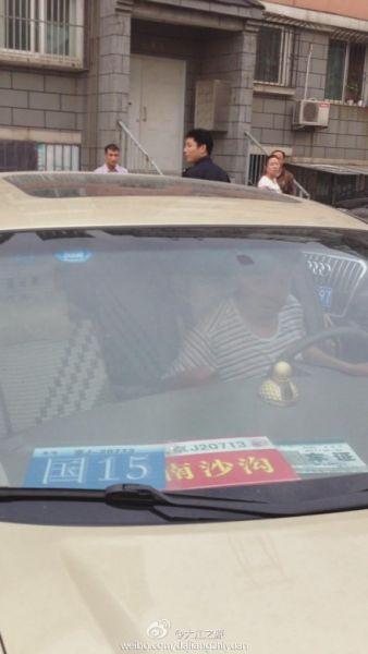 由于照片中显示了该占位车主的车牌号、年检信息和车辆出入证信息,一些市民还人肉搜索出了照片中男子的身份和家庭住址。其中,该男子是人社部某副司长的身份让此事引得越来越多人的关注。