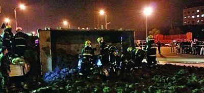 消防官兵在泥堆里救人。