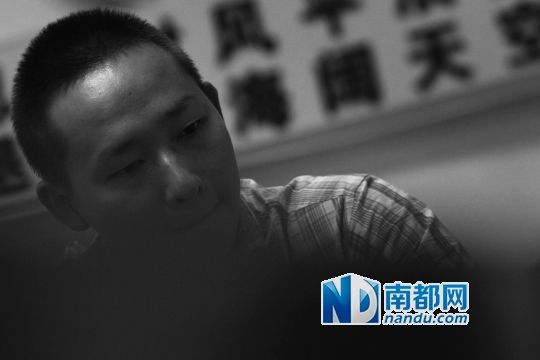 昨日下午,深圳沙河派出所,小涂被无罪释放后,讲述被拘留14天的生活。 南都记者 刘有志 摄