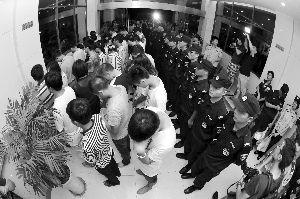 南京警方捣毁传销窝点 CFP供图
