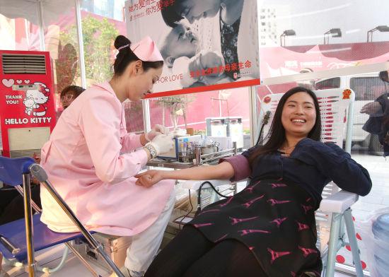 上海市民在Hello Kitty主题玻璃献血屋献血