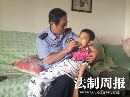张茂斌正在喂轩轩吃西瓜