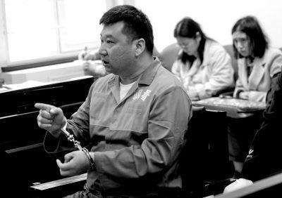 郑旭当庭受审。京华时报记者蒲东峰摄