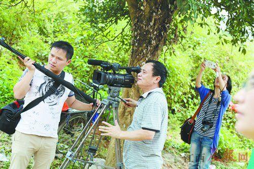 竟成镇农夫周元强22年间拍照了79部电视剧。本幅员片 晨报记者 李小聪