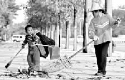 """""""小小环卫工"""" 2008年, 在东莞市区八一路上""""小小环卫工""""陈忠伟帮奶奶扫地的新闻一经刊发,""""小小环卫工""""立即成为网络红人。"""