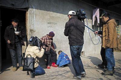 19日下午,许多记者来采访坤坤,如许的情形比来他曾经习气,面临镜头,他只管玩本人的,偶然用冗长的词模糊答复记者发问。
