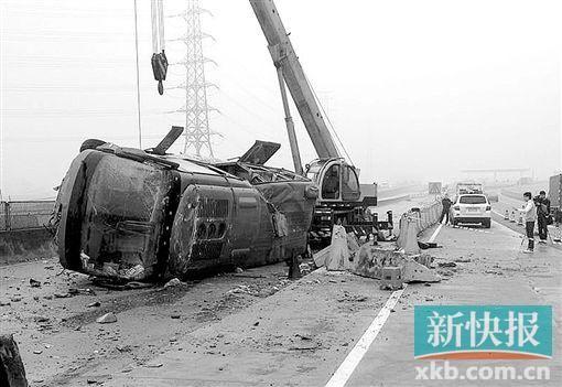 ■失事车辆重大损毁。 新快报记者 毕志毅/摄