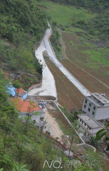 矿店主占领村级公路通过乡民大门建别墅,乡邻普天同庆。南都记者 罗煜明 摄