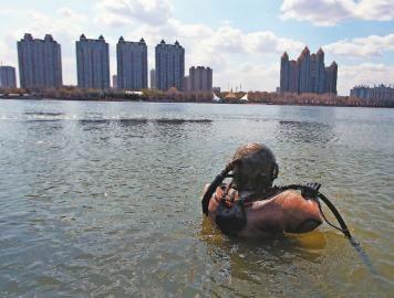 蛙人屡次入水寻觅,终究将车旭的尸体打捞登陆 新文明记者 王强 摄