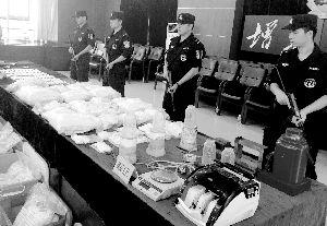 昨日,增城公安通报破获涉毒涉枪案件。信息时报记者 萧嘉宁 摄