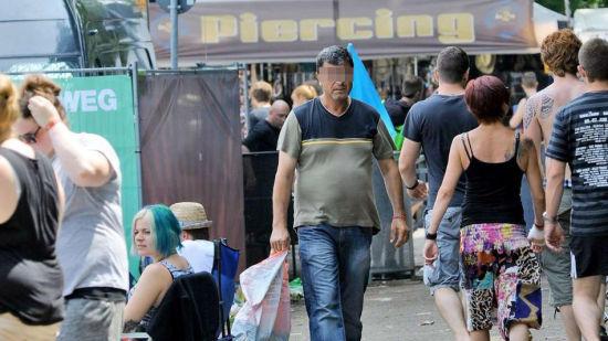 现年52岁的穆斯塔法(Mustafa)正在音乐节现场搜集空饮料瓶。