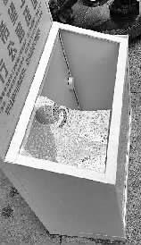 捐钱箱玻璃被砸碎新文明记者 王跃 摄