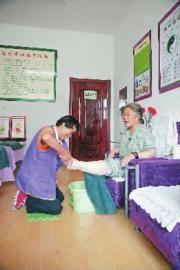 """张广娟给80多岁的""""双烈""""遗孤""""黄妈妈""""洗脚"""