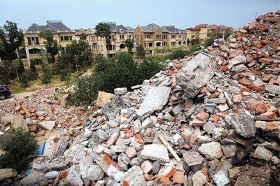 昨天,昌平沙河镇,中海尚湖一期南门外,路旁堆积着长数百米、高约10米的修筑渣滓。新京报记者 侯少卿 摄