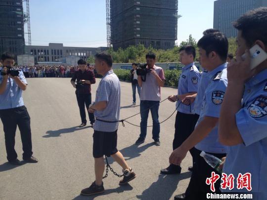 12日上午,警方带怀疑人到案发觉场指认。 刘林 摄