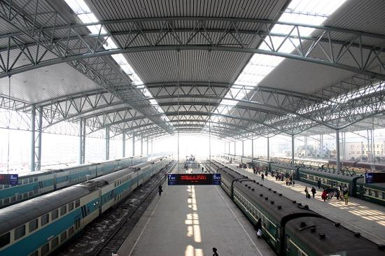图文:阜阳火车站无站台柱风雨棚和新站台