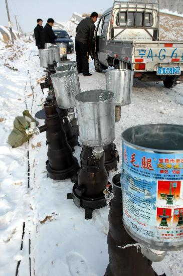 图文:银川农机队将大棚升温火炉送到蔬菜基地