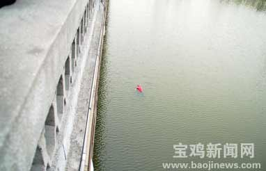 湖面出现无名浮尸数百人围观致交通堵塞(组图)