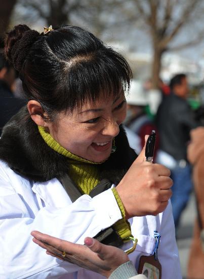医生用藏语手语与聋哑人交谈