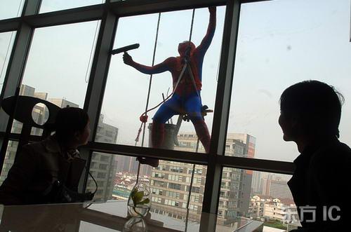 组图:清洁工化身蜘蛛侠清洗玻璃幕墙