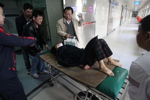 民及时将其送到医院抢救,目前女孩已经脱离生命危险.-女孩因感情