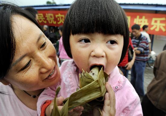 图文:刘婧妍小朋友在品尝粽子