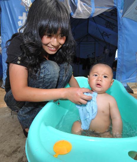 图文:一位母亲在为孩子洗澡