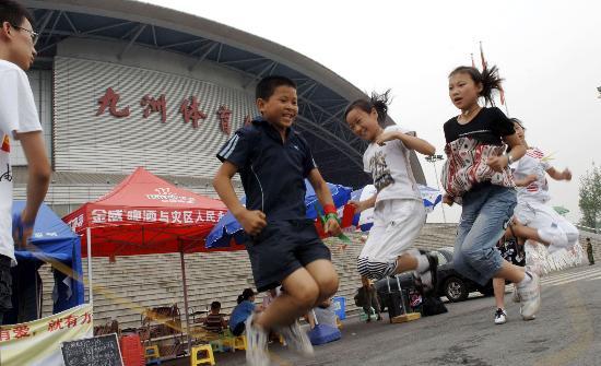 图文:北川儿童在绵阳九洲体育馆前跳绳