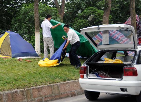 图文:几名绵阳市民拆除富乐山上的帐篷
