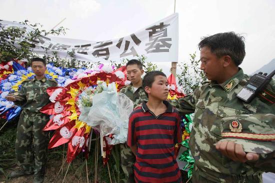 图文:李选伦在遇难者墓地慰问救人小勇士
