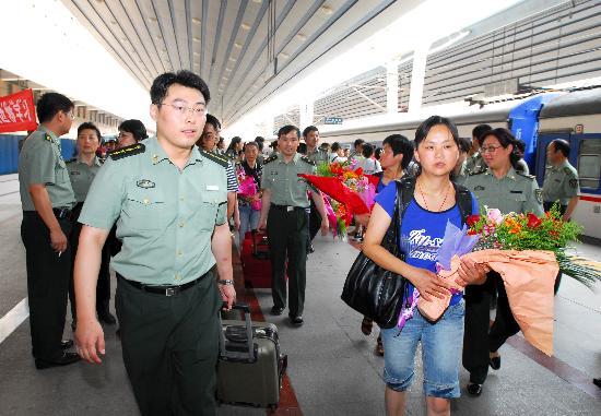 图文:都江堰灾区26位医护人员抵达北京
