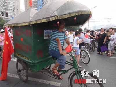 男子蹬三轮带百岁奶奶进京看奥运(组图)