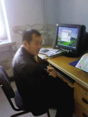 公务员被曝上班聊天炒股看电影(组图)