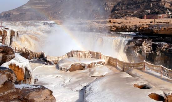 组图:黄河壶口瀑布出现冰挂景观