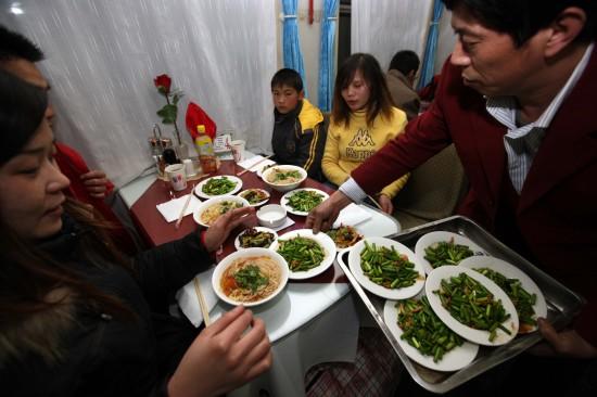 图文:北京西到成都的列车餐车人员为乘客送餐
