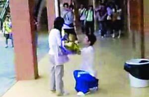 男生冲进高校女厕所求爱(组图)