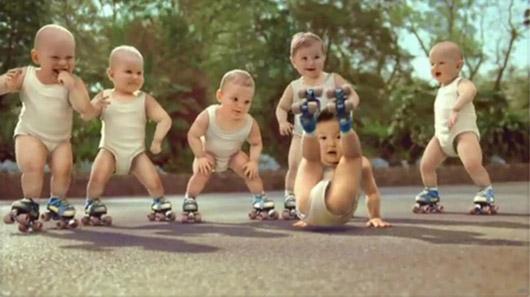 一群穿着纸尿裤的可爱宝宝竟然滑旱冰,还摆出各种酷酷的姿势,甚至大跳