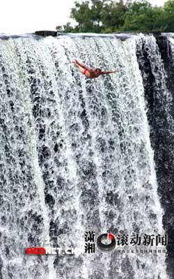 网友拍下男子从瀑布上跳水精彩瞬间(组图)
