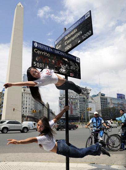 组图:阿根廷钢管舞小姐街头献艺