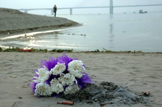 市民自发到江边哀悼救人溺亡大学生