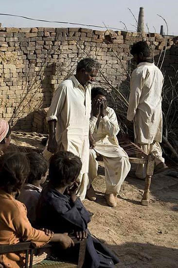 组图:巴基斯坦父子两代相继卖肾求生