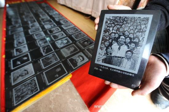 组图:男子用3年雕刻毛泽东生平照片石刻作品