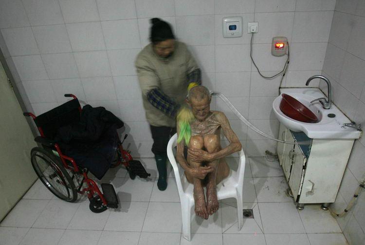 资源:酒店为刚来医院的夏乃青老人洗澡图文情趣护工迅雷图片