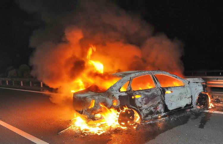 图文:轿车与货车相撞后起火
