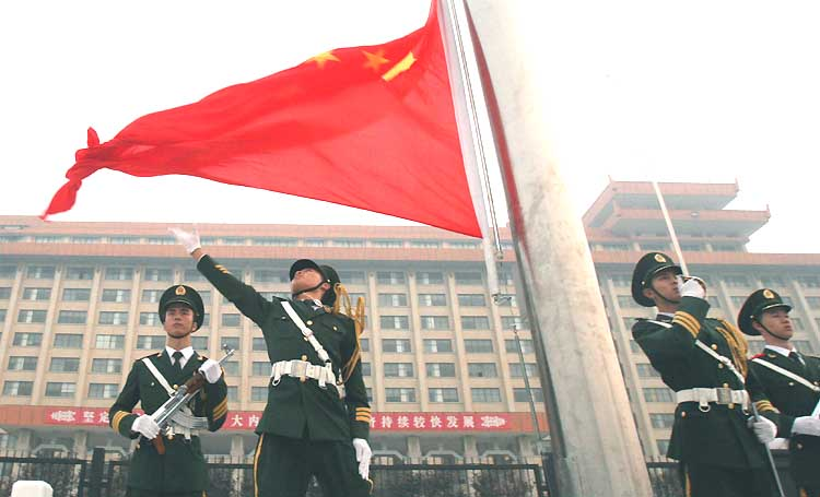 图文:旗手挥手展开鲜艳的五星红旗