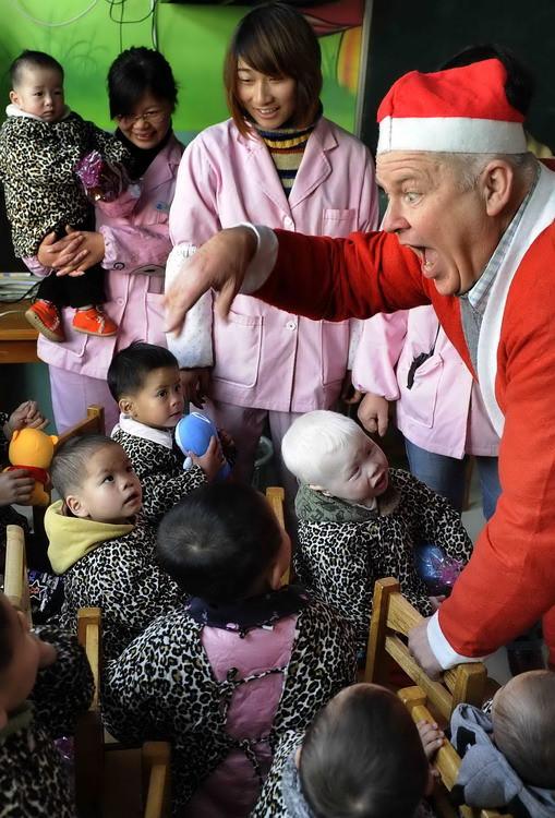 图文:学校师生扮圣诞老人看望福利院儿童