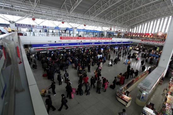 图文:滞留旅客在乌鲁木齐机场等待办理手续