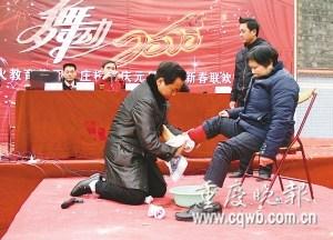 校长当众下跪为母洗脚称学生感恩之心太淡薄